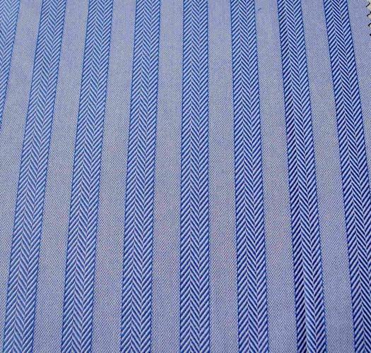 在男装中的地位了。   对此,有位网友说的好:选合适的衬衫,就像男人选择老婆一样,贵的并不一定适合你。舒适、质量好、价格适中,穿起来有品味的衬衫,就像得到温柔、淑贤的妻子一样称心如意。今天就先给大家分享一家专业生产衬衫工厂是怎样挑选衬衫材质的。 材质衬衫定制以棉质衣料为优。所用棉线的粗细及织法的不同,制成的衬衫定制衣料大不一样,触觉和视觉也各异。衬衫面料一般分为青年布、牛津布、条格平布和细平布等,面料材质的好坏直接决定衬衫制作的质量。  牛津布:钮扣领衬衫定制常用的衣料,平织,纹路较粗,颜色有白、蓝、粉红